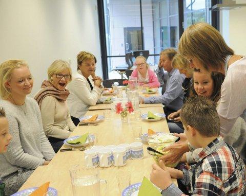 POLITIKERBESØK: En delegasjon fra Arbeiderpartiet fikk omvisning hos Trintom Pluss tirsdag. Elevene inviterte politikerne med inn på skolekjøkkenet hvor de fikk servert fruktsalat og is.