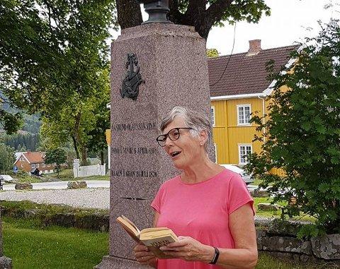 MARKERING: Gunvor Raastad les Vinje på markeringa av 150-årsjubileet til Åsmund Olavsson Vinje.