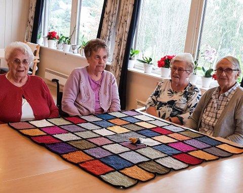 STRIKKEDAMENE: Disse fire damene har bidratt til at det fargerike teppet ble ferdig. Fra venstre: Kristine Stranna, Gunhild Wien, Karoline Hagen og Reidun Klæstad.
