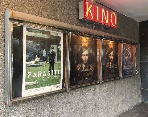 Nye plakater: Etter å ha holdt stengt i tre måneder kunne Odda kino gjenåpne i slutten av juni, og kunne dermed endelig vise den koreanske Oscar-vinneren «Parasitt» («Parasite). Foto: Ernst Olsen