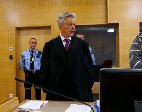 UFORSTÅELIG: Forsvarer Erik Lea ga uttrykk for at han ikke forstår at helsevesenet ikke kan ta seg av den siktede mannen, som også retten uttrykte sin bekymring for etter opptredenen i retten mandag.