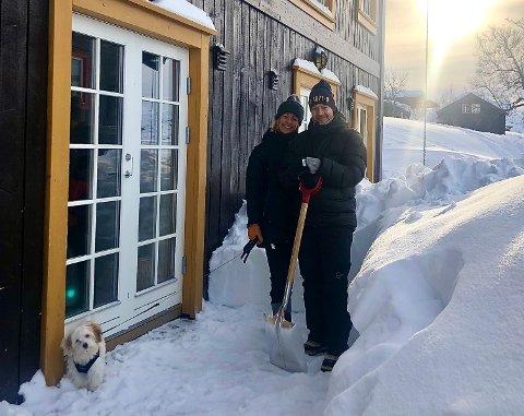 ANDRE HELG I EGEN LEILIGHET: Karin Iren og Øystein Jensen, med hunden Wilma.