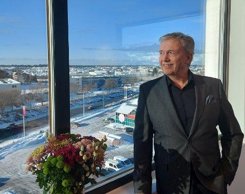 FORNØYD: John Gilbert Helgeland i 6. etasje i 24/7-bygget. Foreløpig har det store kontorbygget vært en suksess.
