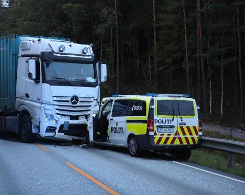 KOLLIDERTE: Politibilen var på vei mot Stord for å bistå en patrulje da den frontkolliderte med et vogntog tirsdag kveld.