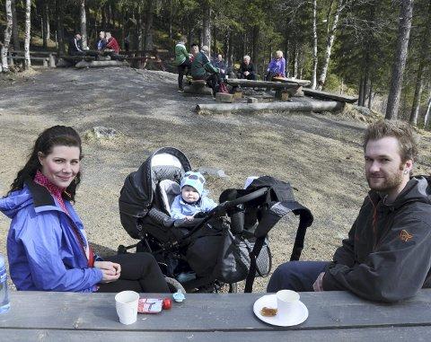 FOR FØRSTE GANG: Anette Nilsskog, Mats Christoffersen og 10 måneder gamle Matheo koser seg på Mosåsen i vårsola. Det er første gang de er her som familie, men neppe den siste. Foto: Tor Martin Leines Nordaas