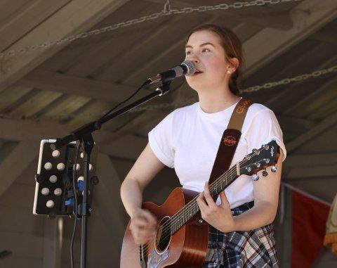 Lunsjkonsert: Anna Fauske spiller på lunsjkonserten i Kulturverkstedet fredag. Her fra en konsert på torget i Mosjøen. foto: stine skipnes