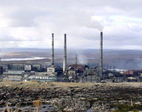 SPYR UT: Nikelverket slipper ut langt mer svoveldioksid enn selv russisk lov tillater. Foto: Arkiv
