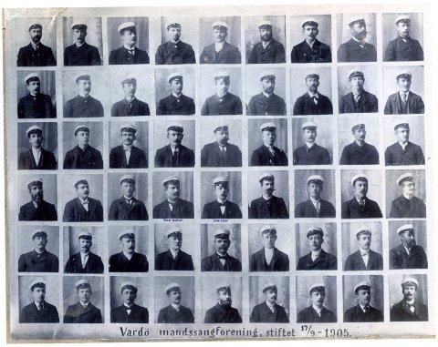 REKONSTRUERT: Vardø Mandssangforening ved rekonstruering av koret. Petter Isaksen og John Huse nr. 4 og 5 i 3 rekke.