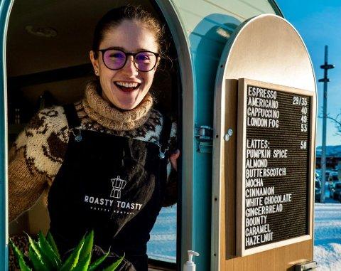 VÆR SÅ GOD: Et par dager i uken åpner Katelin Pell (24) den lille luken til kaffebedriften Roasty Toasty. Kundene i Alta har allerede tatt godt imot den amerikanske kaffegründeren.