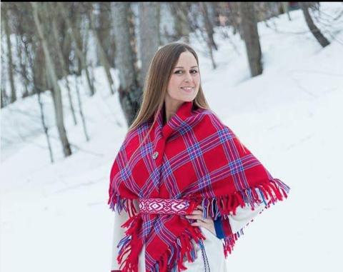STOLT: Aurora Bårdsen Nielsen var den første i sin familie som tok i bruk kofta på mange generasjoner.
