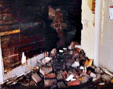 PEIS: Det begynte å brenne i tømmerveggen bak brannmuren og ved pipa.