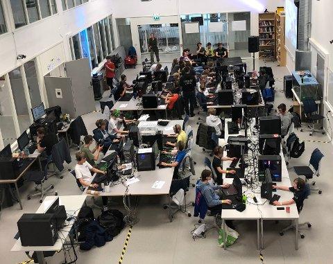 """Stor interesse for Stor interesse for dataspilling og E-sport blant de unge på LAN'et """"King of the Hill"""" i Kongsberg"""