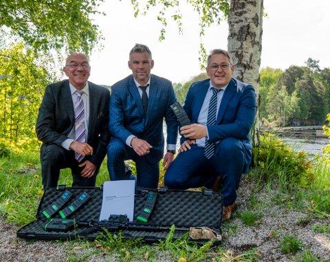 """SIGNERT: Green Ammo AS og Keytouch AS har i dag signert en avtale som vil gi Notodden-bedriften en ordre på 500-600 millioner kroner over fem år. Fra venstre Arild Henriksen, markedssjef Keytouch, Steffen Botten, COO og gründer, Green Ammo AS og Hans Arne Flåto, styreleder og eier, Keytouch, her med den nye teknologien for avfyring av """"rødfis"""" med håndvåpen."""