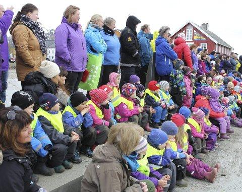 Mange tilskuere: Nakken barnehage har som tradisjon å se danseoppvisningen.