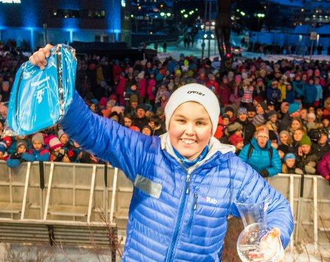 Eirik Johansen (12) fra Svolvær fikk ta imot gullmedaljen foran 10.000 tilskuere på Narvik torg.