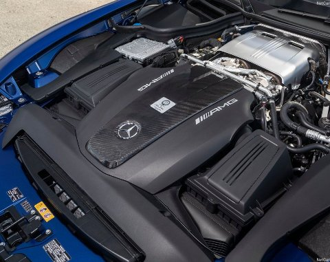 Hjertet i dagens AMG GT-modeller er en 4-liters V8–motor med doble turboer. I GT R Black Series ventes det rundt 700 hk.
