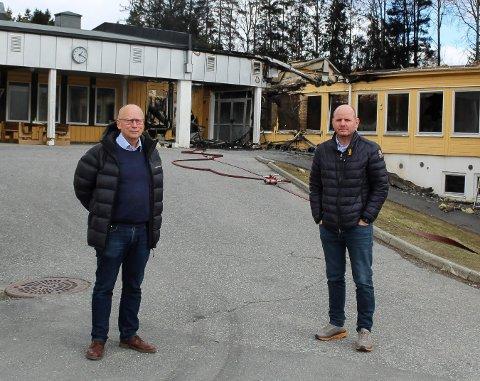 TOTALSKADET: Kommunedirektør Ivar Nævra og ordfører Reidar Kaabbel ved den nedbrente ungdomskolen. Nå jobber kommunen med å finne midlertidige lokaler til elever og ansatte.