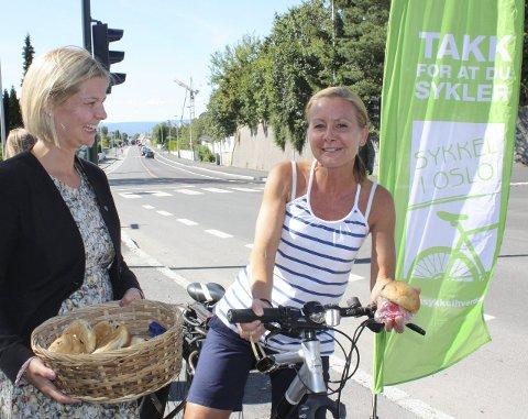 BOLLER OG PRAT: Marianne Smidt snakker sykkel med Melby.