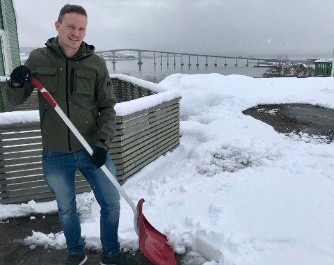 VANT: For Anders Wang på Slettaelva er ikke snømåking i mai noe nytt, så han holder humøret oppe.  Men han innrømmer at han begynner å bli rimelig klar for sommer nå.