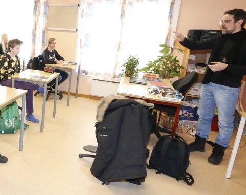 INSPIRERENDE: Syvende trinn ved Kroer skole fikk besøk av forfatteren Lars Mæhle onsdag.