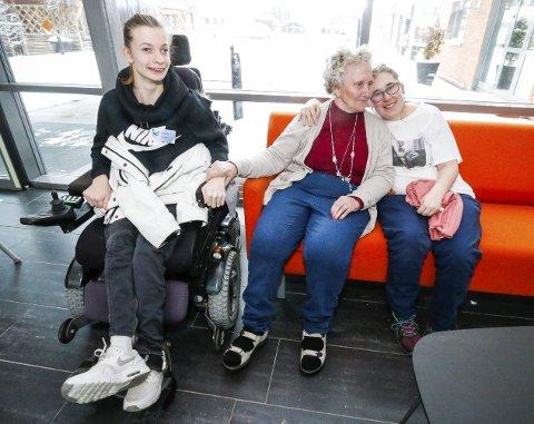 TRE GODE VENNER: Jannicke Ø. Andresen sitter i rullestol. Sammen med Rebecca Julås sprer hun mye varme på Finstadtunet sykehjem i Ski.