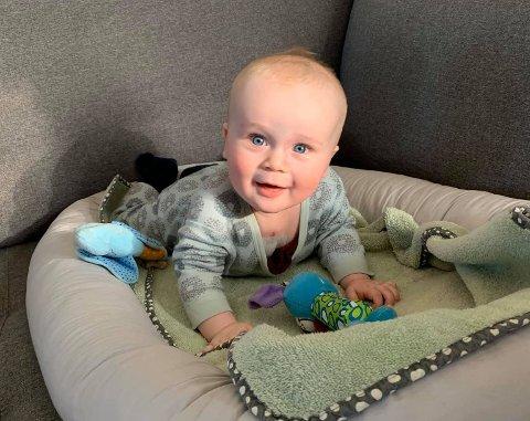 Emre blir åtte måneder gammel i slutten av mars. Fire av de månedene har han tilbrakt på Rikshospitalet.