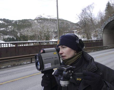 SER LANGT: Politibetjent Jeanett Marthinussen kniper fartssynbdere på opptil fire hundre meters avstand med laserkikkerten. FOTO: DAG BJØRNDAL