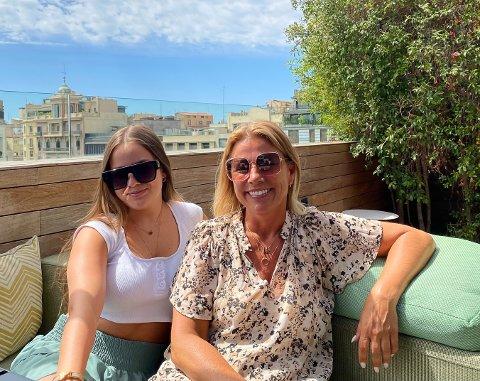 NYTER FINVÆRET: Tidligere varaordfører, Janicke Andreassen, i Barcelona med sin yngste datter Mina (17).