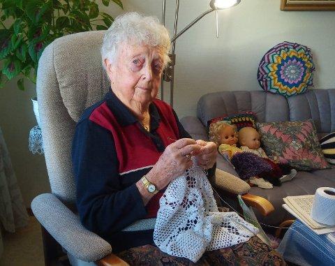 SPREK 94-ÅRING: Det er ikke mange 94-åringer som har egen salgsannonse på Finn.no. Det har Solveig Elise Bakke, som for tiden hekler for fullt for å imøtekomme etterspørselen.