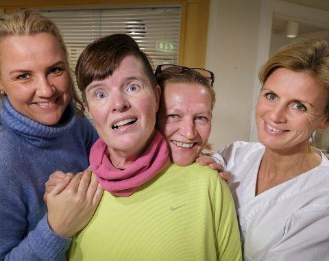Avdelingssykepleier Veronica Yttervik, helsefagarbeider Monica Jensen og sykepleier Kari Sivertsen er gode støttespillere for Hege Lunde.