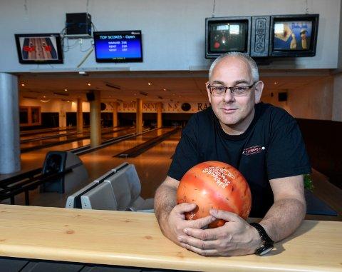 ALKOHOLSERVERING: Daglig leder på TP Bowlingsenter, Tommy Pedersen, ønsker muligheten til å få servere voksne bowlingspillere ei øl eller to. Foto: Øyvind Bratt