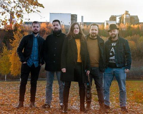 EVI: Bandet består av Håvard Bjørknes (bass) (t.v.), Kristian Granheim (gitar/vokal), Maria Piel (cello/fiolin/vokal), Hans-Marius Øverland (trommer) Tom Andersen (gitar).