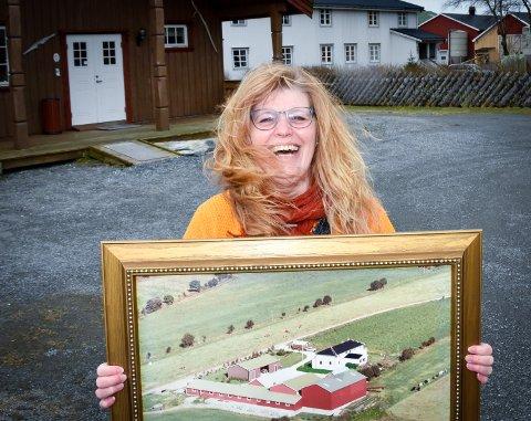 Litt for mye vind og akkurat passe latter. Janne Falch Hestvik fra Mo har funnet lykken på Sandmo Gårdsbakeri på Vega. Bildet viser gården hvordan den omtrent så ut da hun flyttet dit i 1993. Siden har den gjennomgått utbygginger, ombygginger og nybygg.