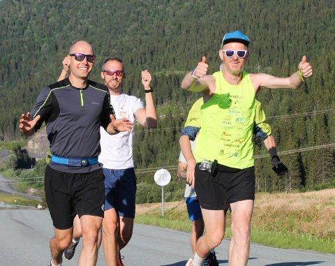 LØP SAMMEN: William Puntervold og de andre møtte Simen Holvik på Baågneset og løp sammen med han den siste mila inn til Mosjøen.