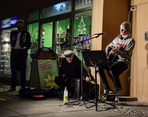 Ulrik Rise åpne luke nummer syv i Hvalkæftens julekalender mandag utenfor Stamina på Torvet.