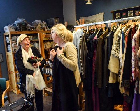 NYTT ANTREKK: Mange tok turen til Forsmannsenteret i fjor for å fornye garderoben. Til høyre er aktivitør Merethe Gallis på fjorårets byttekafe.