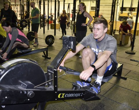 1: Kristoffer Tollefsen (25) gir alt når han trener Crossfit. Her er han i aksjon på romaskinen. 2:  3:  4: Trude Kristiansen er en av de 13 instruktørene til Crossfit Sandefjord. 5:  6:  Alle foto: Linda Hansen