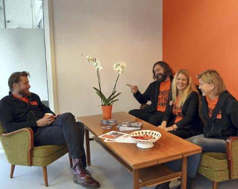 PÅ BYMISJONSSENTERET: I stolen sitter Lars Moen, mens Magnar Teien, Sunniva Straand Rørvik og Birgitte Kjæraas har tatt plass i sofaen.