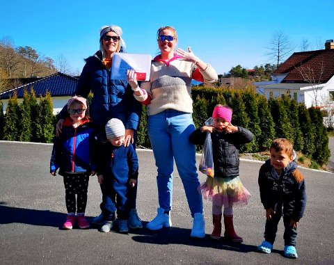 I NABOLAGET: Charlotte S. Johansen (t.v.) og Maria Sangolt gikk i sitt nabolag og snakket med barna om hvordan de har det.