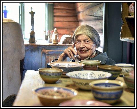 Legger keramikken på hylla: Eva Dørje-Berg gir seg som keramiker som 89-åring. De siste arbeidene hun har gjort, ble laget i løpet av 2017. Nå har hun kun et 20-talls arbeider tilgjengelig for salg. Resten vil hun beholde selv.alle foto: jarl M. Andersen