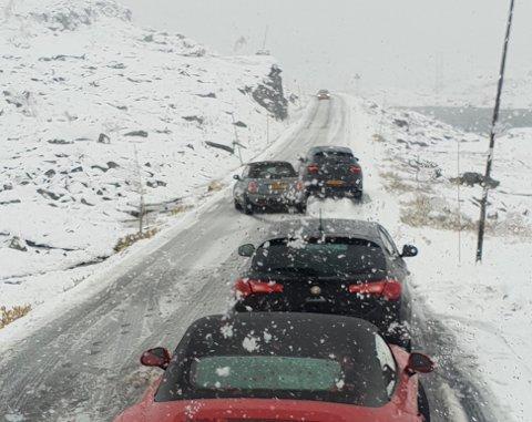 FV 55: Snø og slaps gjorde at fleire sleit med sommardekk over fjellet i dag.