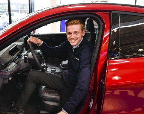 Fornøyd: Salgskonsulent Ole Heldal Larsen hos Solberg bil i Skien er fornøyd med å kunne levere ut nye Ford Mustang Mach-e.Foto: Fredrik Strøm