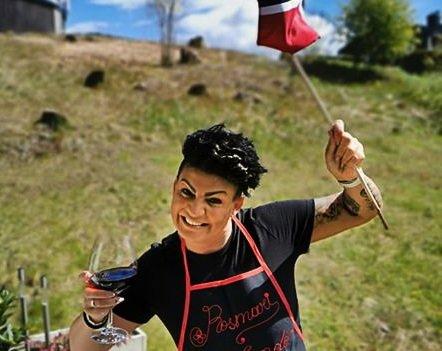 """MUNTER DAME: Rosmari Sorthe kaller seg selv en """"tullkjerring"""", som man ville sagt hjemme i Møre og Romsdal - og tar seg ikke selv så høytidelig."""