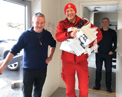 Mikal Eines (til venstre) i Nekton ga bort smittevernutstyr til ambulansen på Smøla, her representert ved Øyvind Borge. Bak står Kurt Holmen i Nekton.