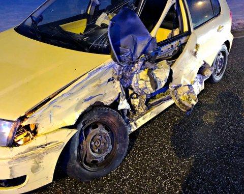 FRONTKOLLISJON: Slik så skadene ut på den ene bilen som havnet i kollisjonen tirsdag morgen.