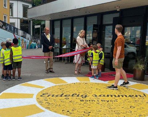 ÅPNING: Mandag formiddag var det offisiell åpning av kunstverket på Carl E. Paulsens plass.