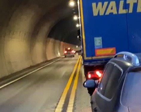 SNUDDE: Her snur en bilist mot dobbel sperrelinje i én av tunnelen før man kommer til Oslofjordtunnelen.