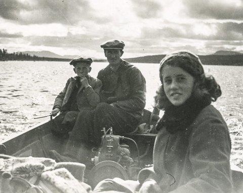 Under krigen: Far Henrik, bestefar Henrik og søskenbarn Gudrun Feragen som var sommertaus i Svartviken.