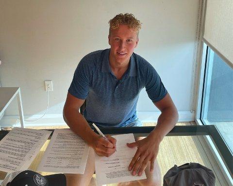 BARNDOMSDRØMM: Ole Julian Bjørgvik Holm (19) er klar for et av verdens beste hockeylag.