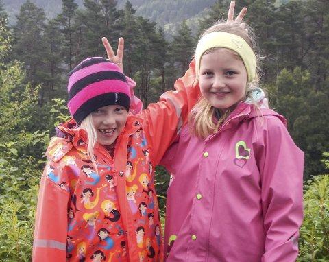 LIKE BLID: Johanne W. Bårdsen (8) og Laura B. Fjellanger (7) er våte, men framleis i godt humør.